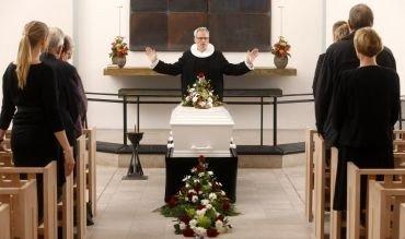 præst ved en bisættelse/begravelse