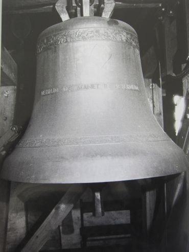En af klokkerne i Rise Kirke