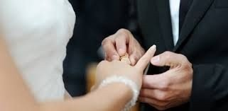 brudepar udveksler ringe