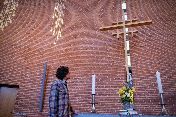 Præst Andreas Thom foran Østervangskirkens alter