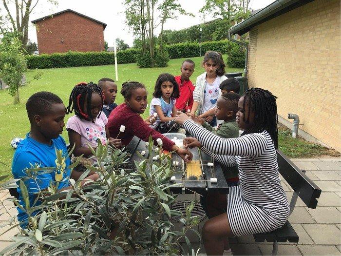 Børn samlet om en aktivitet