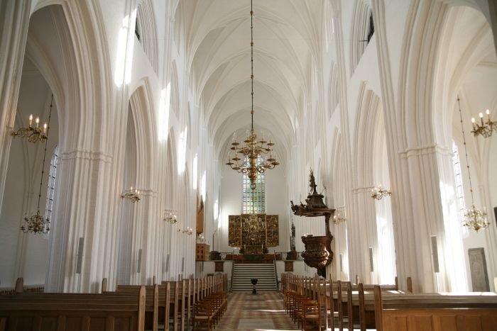 Odense Domkirke set indefra mod altertavlen