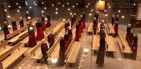 Kor sanger stående i kirkerummet