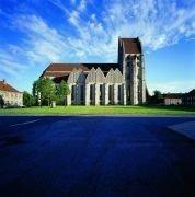 Billede af Grundtvigs Kirke, blå himmel og grøn græsplæne