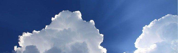 Sol bag ved skyer