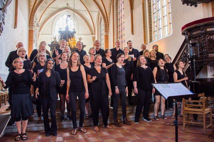 Billede af voksenkoret, der synger i Sankt Hans Kirke