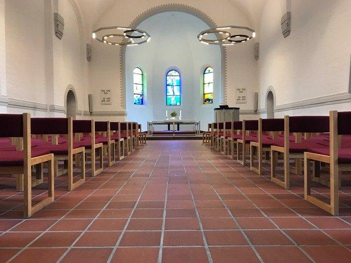 Vanløse Kirke nyistandsat alter og prædikestol 2020