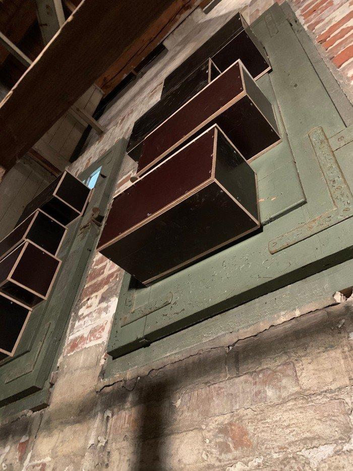 Foto: redekasser på indersiden af tårnvinduerne i Vanløse Kirke - mursejlere