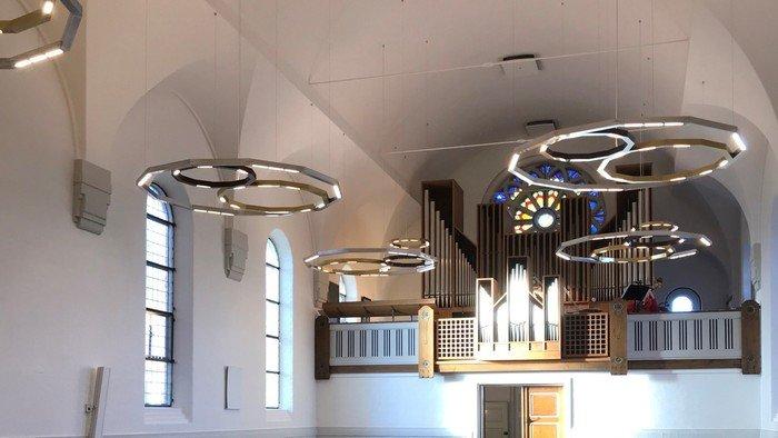 Foto af lysekronerne i Vanløse Kirke