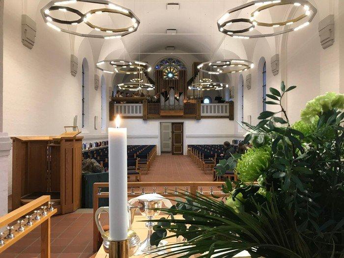 Foto af lysekronerne i Vanløse Kirkerum fra alteret
