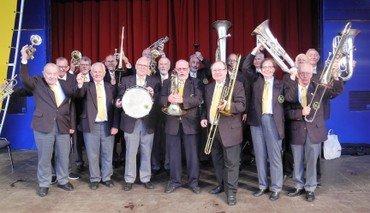 Orkestermedlemmerne med instrumenter