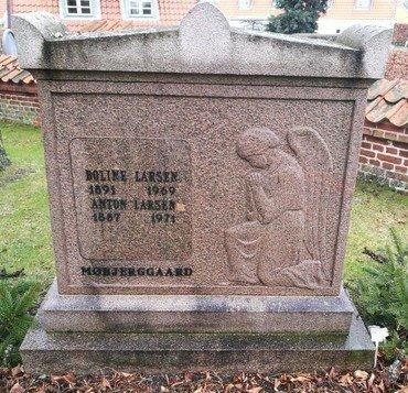 Anton og Boline Larsens gravsten