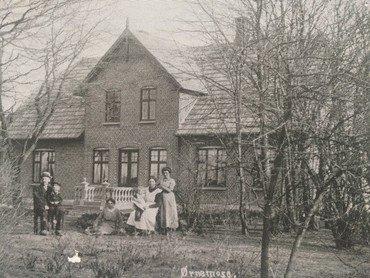 """Det to år gamle stuehus på postkort fra 1917, da Tunestillingen passerede tæt på Vindinge. Kortet er sendt af Anna og Niels Albrechtsen, som bl.a. skriver: """"Vi har nu haft indkvartering i 2 måneder, en løjtnant og 3 menige, jeg er ved ar blive træt af det, for det er så vanskeligt at få noget at lave mad af, også lys og varme skal løjtnanten jo have i en stue for sig selv."""
