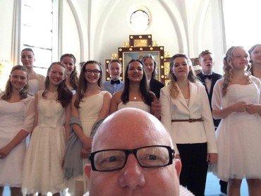 Selfie af kirkens præst og konfirmander