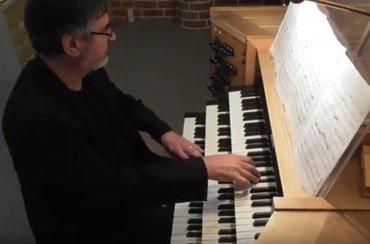 Billede af Kevin der spiller på orglet