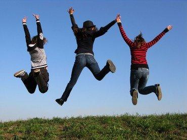 Nogle unge mennesker springer i vejret