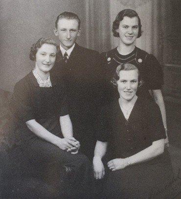 Familiens unge fotograferet 1937. Bagest Laurits og Edith, forrest Clara og Gudrun.