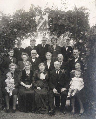 Karoline og Vilhelm Wullfs guldbryllup 3. november 1944 familiebillede.