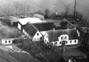 Luftfoto af Dihldalgaard fra 1950erne, set fra syd, før udlængerne fik fast tag, men efter bygningen af den nye lade.