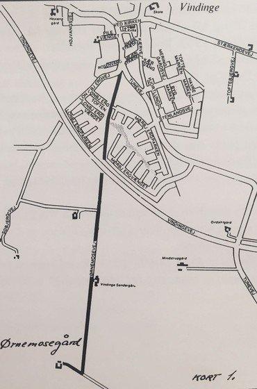 """Vejen til Ørnemosegård indtil omfartsvejen afskar den. """"Ørnemosestien"""" mellem Lønbjerg- og Mørbjerg-kvarteret følger den indtil volden."""