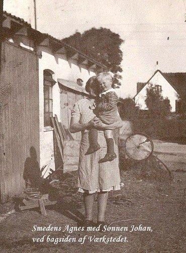 Smedens kone Agnes med sønnen Johan