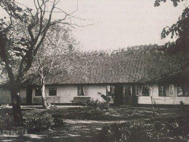 Ørnemosegårds gamle stuehus, som det stod fra midten af 1800-tallet til 1915.