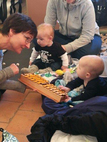 Babysalmesang med organist og baby