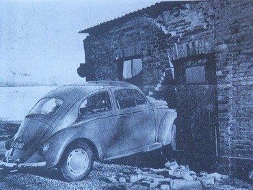 """Folkevognen, som i december 1962 kom i skred på """"Bagerbakken"""" og landede i brødfabrikkens fyrrum."""