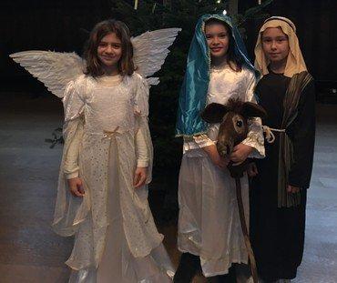 Børn klædt ud som engle og hyrder til juleforestillingen i kirken.