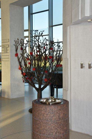 I Helligtrekongers Kirke står der et træ - et livets træ - et dåbstræ.