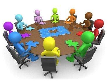 Tegning af personer rundt om mødebord
