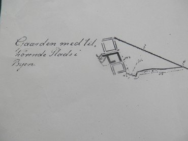 Moesgård på sin gamle plads i landsbyen med de 1½ tdr. land. Bemærk, hvor tæt gårdene ligger. Matr.nr. 19 nord for Moesgård blev aldrig genopbygget efter branden i 1832, Moesgård selv blev flyttet i sikkerhed væk fra gaden, og gården syd for den, matr.nr. 8, blev udflyttet (Hørkærgård).