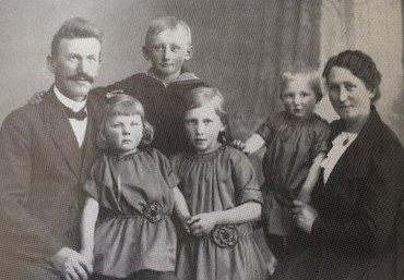 Familien Albrechtsen 1922. Bagest Laurits, fra venstre døtrene Edith, Gudrun og Clara.
