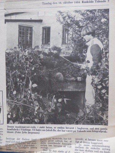 """Resterne af """"Dampmøllehulen"""" i bageriets baghave, en del af Tunestillingen under 1. verdenskrig 1914-1918. Foto fra efteråret 1984, da JAS-afsyring holdt til i bageriet. I baggrunden ses sydøst-hjørnet af bagerboligen. Drengen hedder Jakob Bo og var på det tidspunkt fotopraktikant på Roskilde Tidende."""