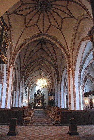 Billede af et kik op af kirkegulvet mod alteret