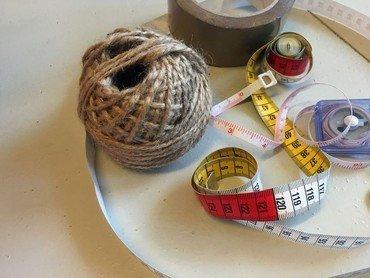 Billede af garn, målebånd og tape - symbol på kreativitet
