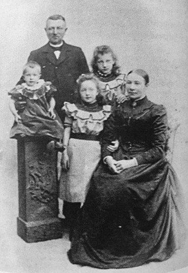 Bolines forældre Rasmus Jensen og Dorthea med deres 3 piger: Inge til venstre, Anna i midten og Boline til højre (ca. 1905).