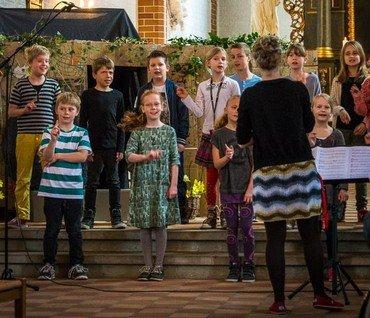 Billede af spirekoret, der synger i kirken