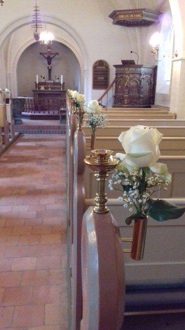 Bryllupsblomster i kirkebænkene i Vindinge kirke
