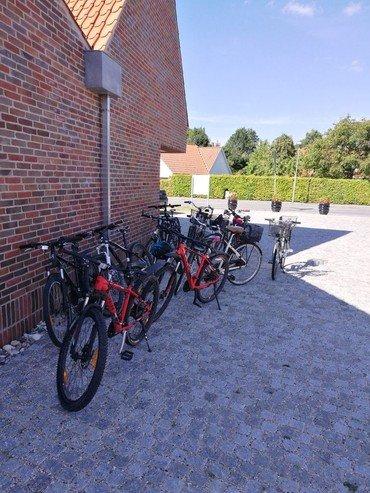 Konfirmanders cykler uden for Vindinge sognegård