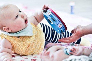 Baby med legetøj