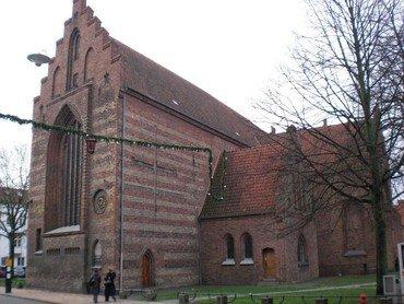 Et billede af Sankt Hans Kirke set fra Nørregade
