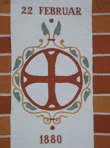 Billede af indvielseskors, der er malet på en søjle i kirken