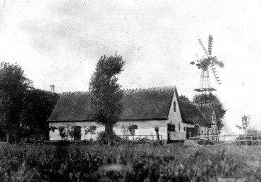 Dihldalgaard set fra øst med vindmølle, måske o. 1920, Med elektriciteten i 1920erne forsvandt de fleste vindmøller.