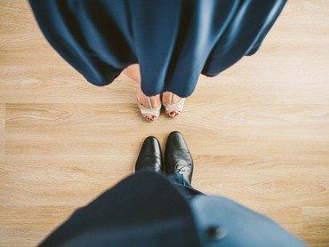 Tanzendes Paar, Füße stehen sich gegenüber, festlich gekleidet