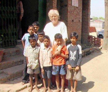 Yrsa Grünning med nogle af børnene på børnehjemmet Sunway Children