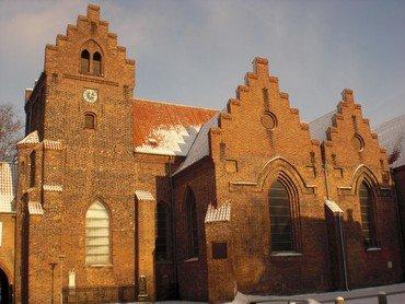 Et billede af sydsiden af Sankt Hans Kirke