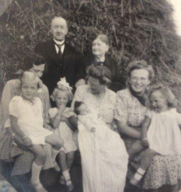 Agnete Wullf Larsens barnedåb 31. august 1947 familiebillede.