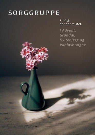 Foto af en lille buket lyserøde blomster i en grøn vase