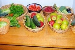 Kurve med frugt og grønt til høstgudstjeneste